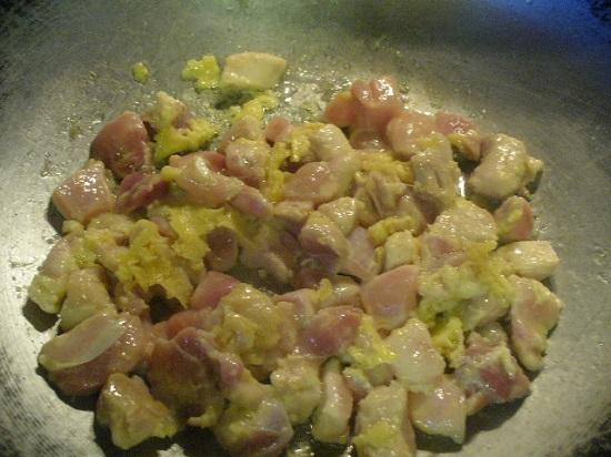 Cho thịt gà và trứng vào xào