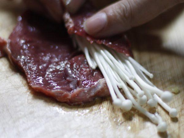 Thịt bò cuộn nấm kim châm