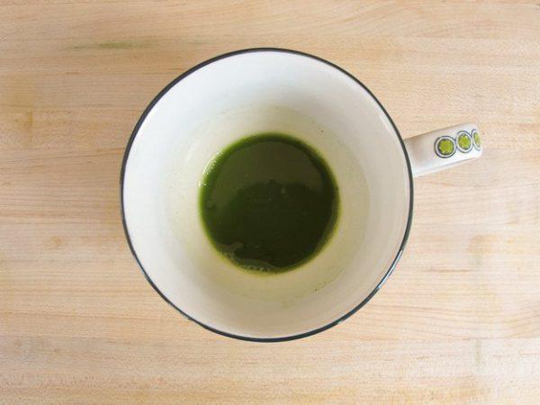 Cho bột matcha vào cốc cùng nước nóng