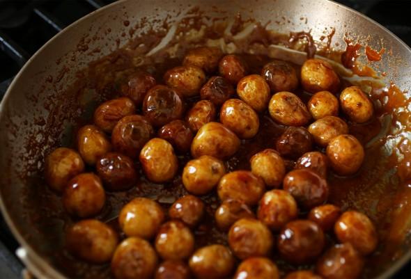 Khuấy đều  và nấu cho nước sốt có dạng sền sệt