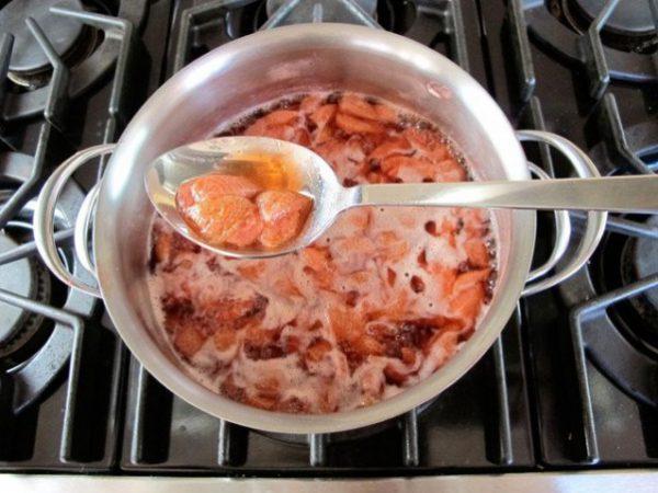 Nước dâu tây chuyển sang màu hồng/đỏ thì tắt bếp