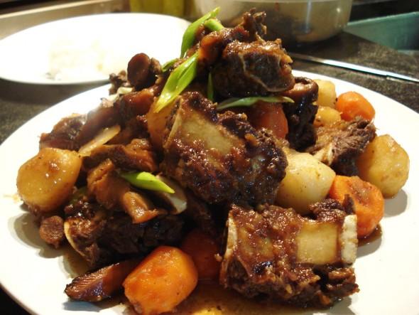 Sườn bò om rau củ kiểu Hàn