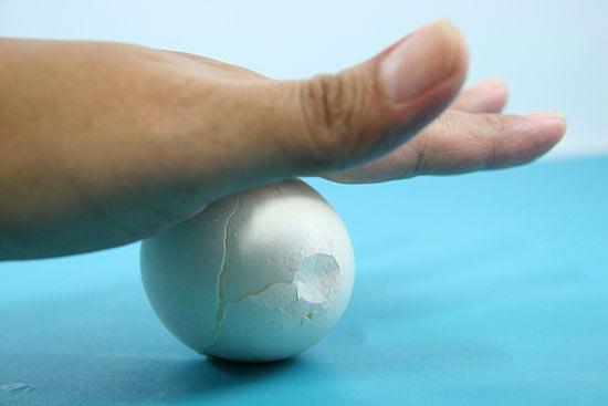 Để trứng nằm ngang, lăn qua lại cho lớp vỏ nứt
