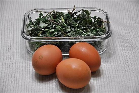 Ngải cứu và trứng gà