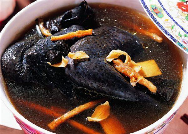 Món ăn từ gà ác hỗ trợ và điều trị đau bụng