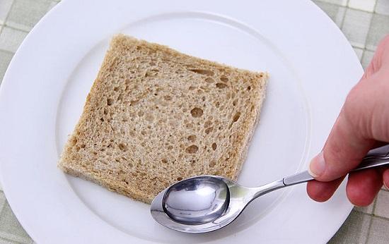 Làm ẩm các góc của bánh mì bằng một ít nước
