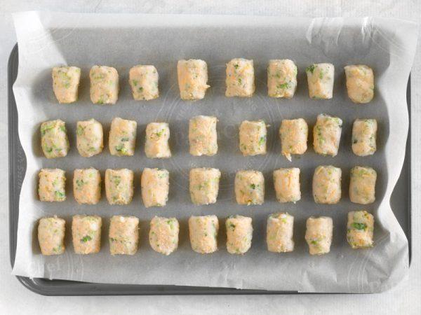 Cho bánh vào khay nướng
