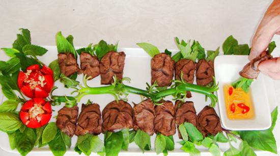 Thái thịt mỏng bày ra đĩa và thưởng thức