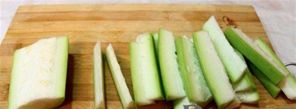 Bầu bỏ ruột cắt miếng dài vừa ăn