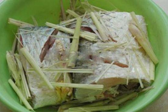 Ướp cá với sả, gừng và gia vị