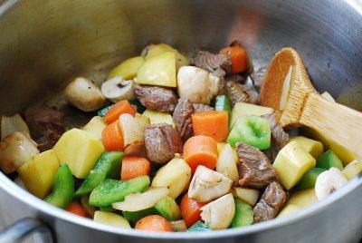 Cho thêm thịt, tỏi và gừng vào nấu