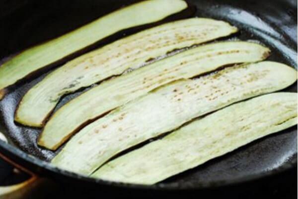 Rán cà tím trên chảo dầu nóng