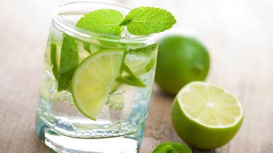 Giải rượu với uống cốc nước chanh