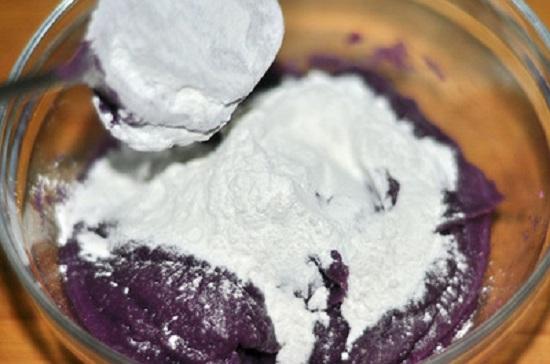 Trộn khoai lang nghiền nhuyễn với đường và bột nếp
