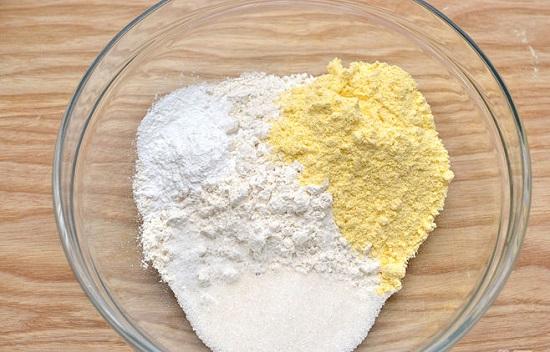 Trộn các loại bột vào tô