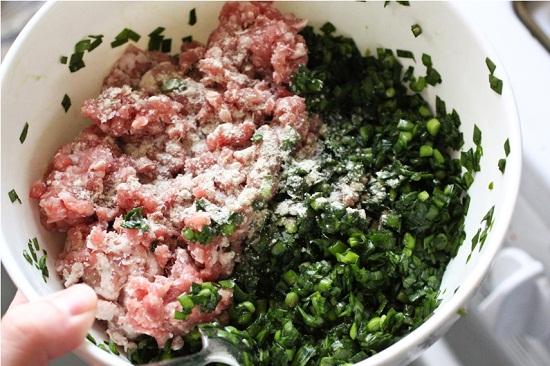 Thịt lợn xay nhuyễn trộn đều cùng các nguyên liệu