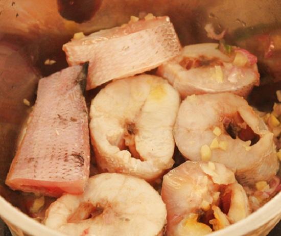 Phi thơm tỏi rồi cho cá vào