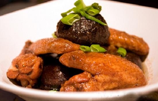 Cho cánh gà ra đĩa và thưởng thức