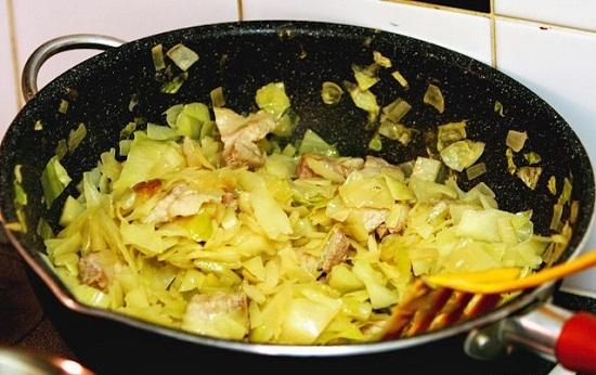Thêm hành tây và khoai tây vào