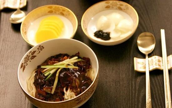 Mì sốt đậu đen Hàn Quốc