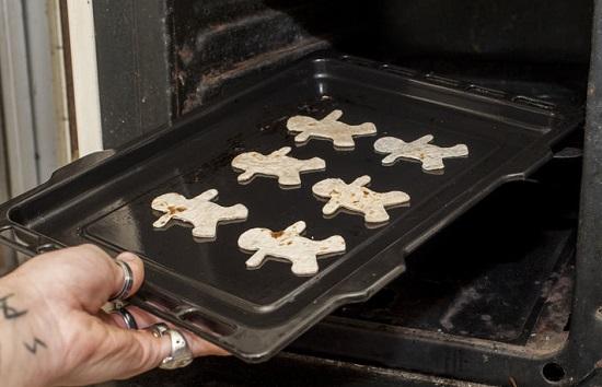 Đặt các miếng bánh hình người lên khay nướng
