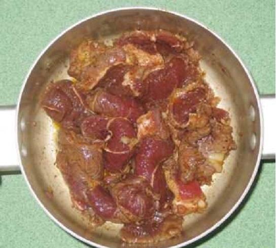 Xếp những cuộn thịt vào nồi đun cho thịt chín mềm