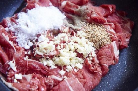 Ướp thịt bò cùng các gia vị