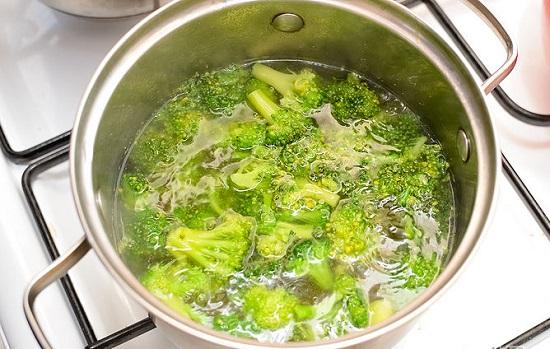 Nước dùng gà sôi thì cho bông cải xanh vào
