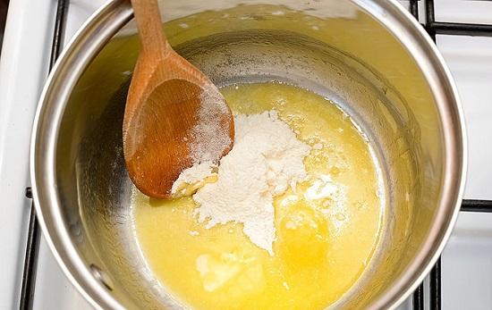 Cho bát nước dùng gà để riêng vào nồi bơ, rồi tiếp đến là bột mì