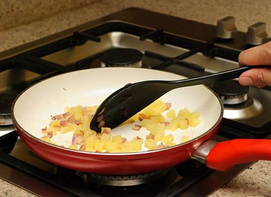 Đun bơ tan chảy cho hành tây vào xào