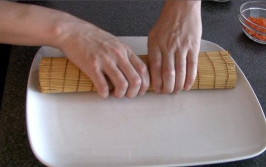 Đặt trứng trong tấm mành tre và cuộn lại