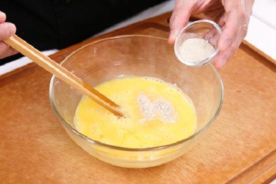 Đập trứng ra âu rồi cho chút tiêu khuấy đều