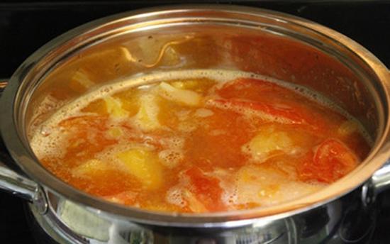 Thêm măng chua và dứa vào om