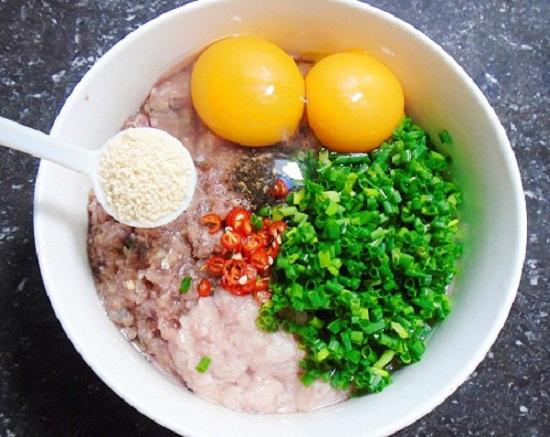 Cho các nguyên liệu và trứng vào tô trộn đều