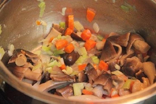 Xào các nguyên liệu nấu cháo nấm
