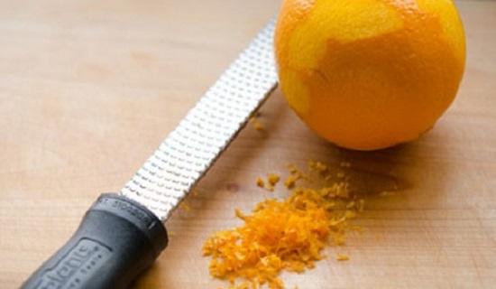 Bào lấy 1 ít vỏ cam