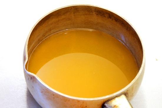 Cho nước cam vào nồi đun sôi