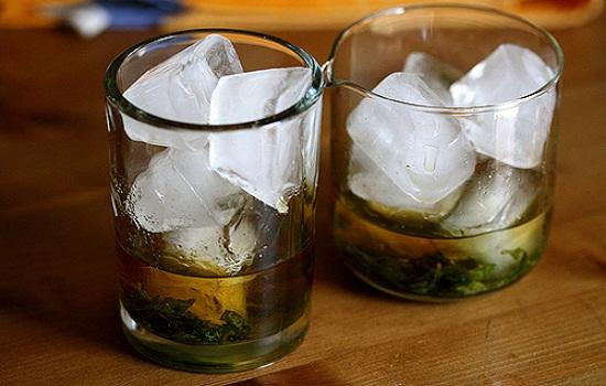 Cho đá lạnh và đổ rượu whisky vào