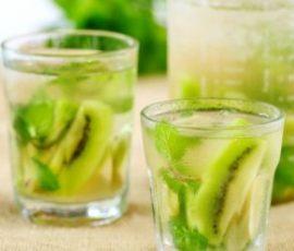 Cocktail kiwi với lá bạc hà mát lạnh xua tan nắng nóng