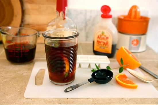 Chắt phần chất lỏng vừa ép trong bát vào bình trà