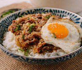 Cơm thịt bò xào hành tây kiểu Nhật cực ngon
