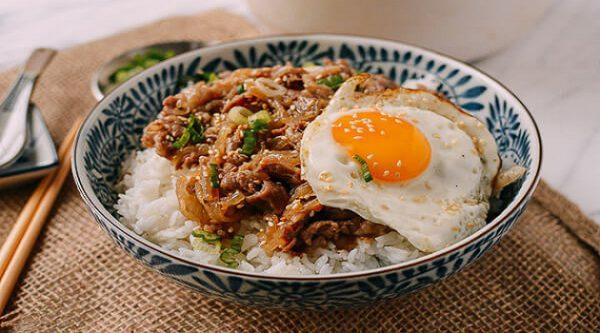 Cơm thịt bò xào hành tây kiểu Nhật