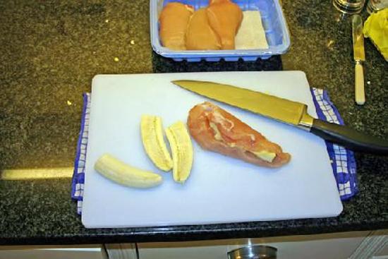 Cắt đôi nửa quả chuối và nhét vào giữa lườn gà