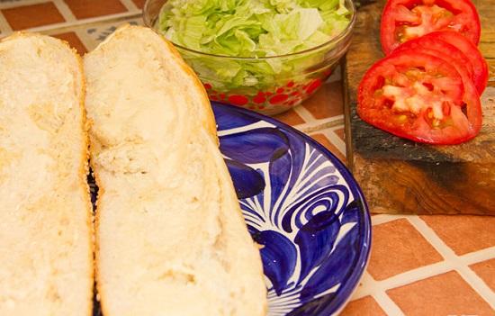 Kẹp nhân tôm vào bánh mì và cùng thưởng thức