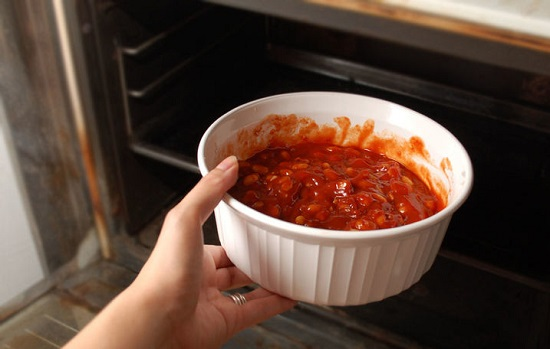 Cho đồ ăn vào lò nướng