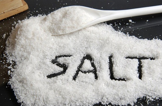 Cho thêm muối vào dầu ăn chiên cá