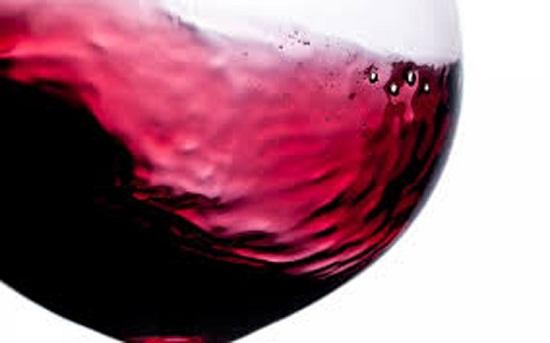 Dùng rượu nho đỏ đổ 1 lớp lên mặt chảo