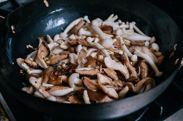 Cho các loại nấm vào xào