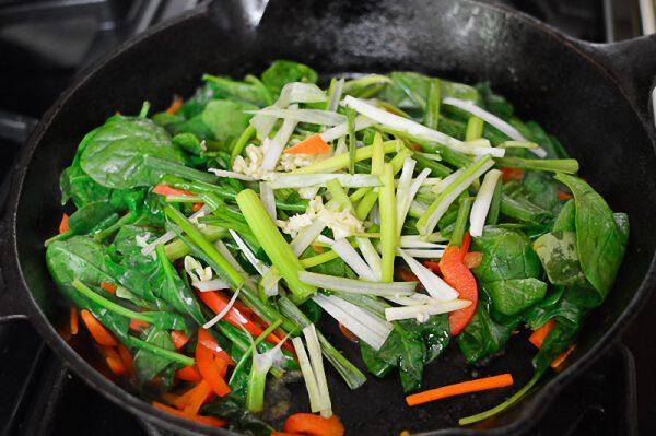 Cho tiếp cải xanh, ớt chuông và hành lá vào xào