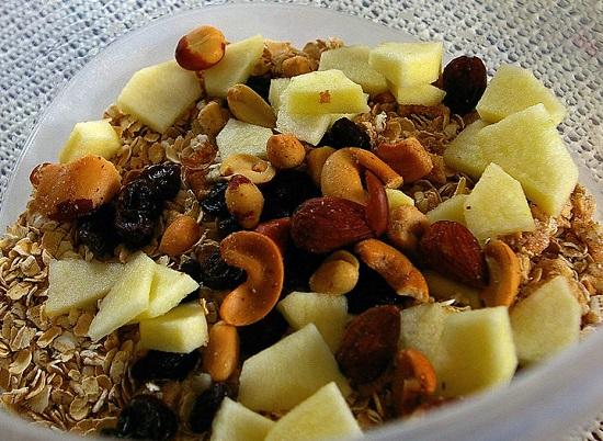 Thêm các loại hạt và trái cây khô vào